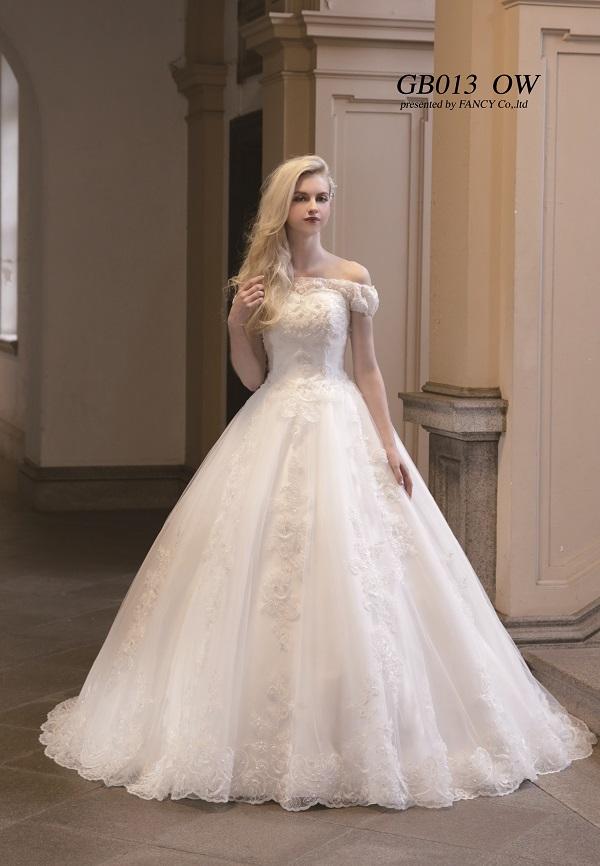 チュールとスピンレース素材がメインの、ウェディングドレス。
